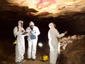 Científicos en la cueva